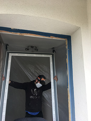 Pose de menuiseries a la Rochelle avec masque de protection - Menuiseries et Miroiterie d'Aunis