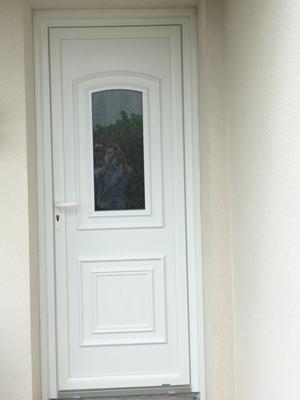 8 Chantier de rénovation de Menuiserie pendant Covid : pose d'une porte entrée PVC REHAU à La Rochelle (Aigrefeuille)