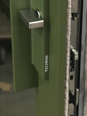 Fabricant de Menuiserie à La Rochelle : detail bouton porte vert aluminium Technal