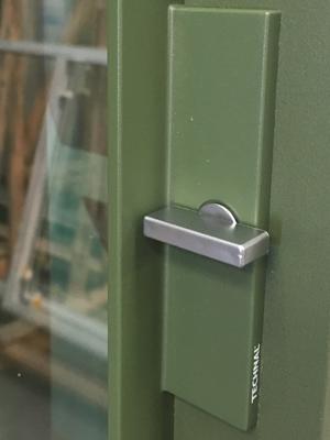 Fabricant de Menuiserie à La Rochelle : detail serrure porte coulissante TECHNAL