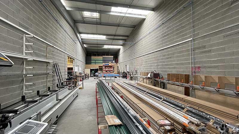 Atelier de fabrication de menuiseries aluminium Technal à La Rochelle