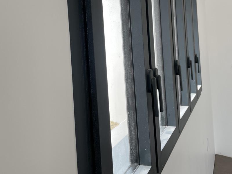 Fenêtres avec poignées plates sur mesure posées sur l'Ile de Ré. Modèle Soleal par Technal