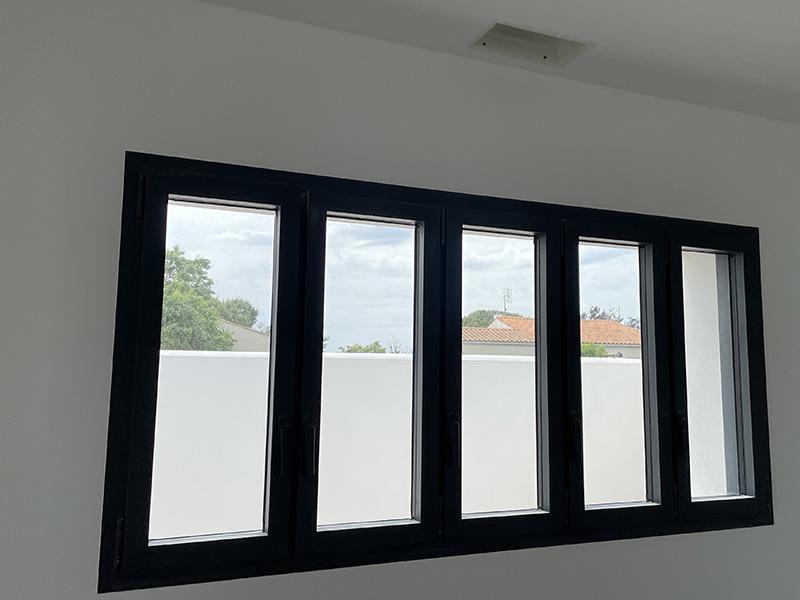 Maison individuelle Ile de Ré : installation de fenêtres sur mesure Soléal Technal