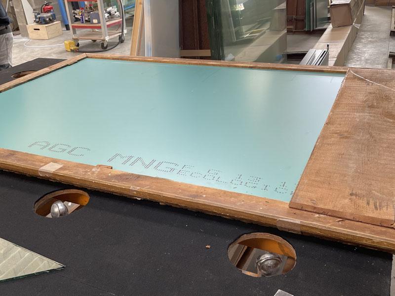 Rénovation miroir ancien : remise en place du fond en bois dans les ateliers de La Rochelle