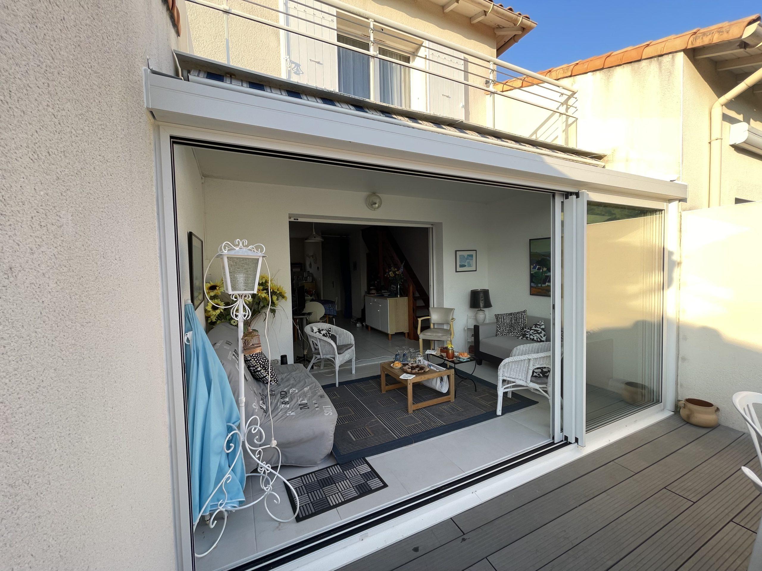 Extension d'une maison avec une baie coulissante à 3 vantaux à Vaux-sur-mer à côté de Royan
