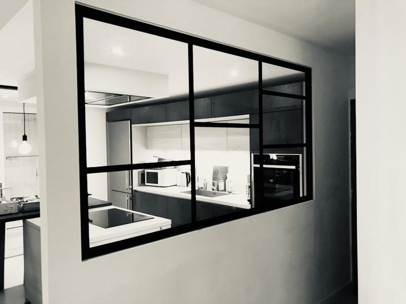 Verrière moderne sur mesure entre cuisine et hall d'entrée crée, fabriquée et installée à La Rochelle