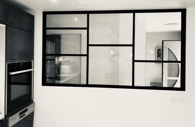 Verrière moderne sur mesure entre une cuisine et le salon d'une maison de La Rochelle